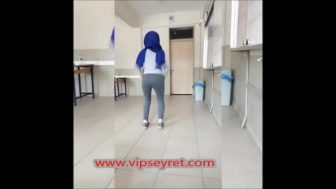 Türbanlı Türk kadını wepcamda soyunuyor