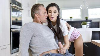 Üvey Babasını Baştan Çıkaran Azgın Liseli Yarağa Sarıldı